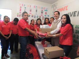 Tihuatlán, Ver., 16 de diciembre de 2017.- Francisco Herrera Jiménez entregó equipo a docentes del CONAFE de las regiones de Naranjos y Tihuatlán.