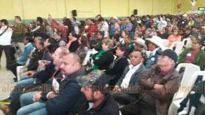 Papantla, Ver., 16 de diciembre de 2017.- Los diputados federales de MORENA, Rocío Nahle y Cuitláhuac García, se reunieron con militantes en el salón de la asociación ganadera de este municipio.