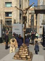 Ciudad de México, 16 de diciembre de 2017.- En el Atrio de San Francisco se exhiben 19 esculturas surrealistas del artista español Salvador Dalí. Visitantes nacionales y extranjeros disfrutan sin costo de las obras ubicadas a un costado de la Torre Latinoamericana.