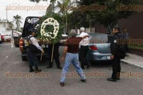Veracruz, Ver., 17 de diciembre de 2017.- Tras fallecer de un infarto, Emilio Diaz Ibarra es cremado la tarde de este domingo. Al velorio asistió el secretario de Seguridad Pública, Jaime Téllez Marié, en representación del Gobernador.