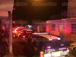 Xalapa, Ver., 17 de diciembre de 2017.- La tarde-noche de este domingo bomberos atendieron el incendio de un domicilio en la calle Progreso, de la colonia Guadalupe Rodríguez.