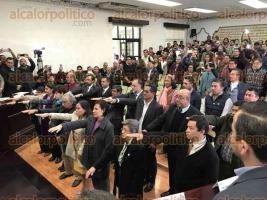 Xalapa, Ver., 15 de enero de 2018.- En sesión extraordinaria de Cabildo, el alcalde Hipólito Rodríguez Herrero presentó y tomó protesta a los nuevos directores de las diferentes áreas del Ayuntamiento.