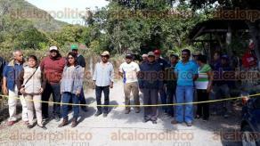 Apazapan, Ver, 16 enero 2018.- Ejidatarios bloquean el acceso a la cementera Moctezuma en el entronque a Candil Blanco-Apazapan; denuncian incumplimiento de construcción de carretera, así como de un puente y vado.