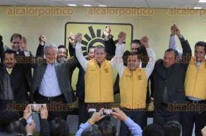 Ciudad de México, 16 de enero de 2018.- El precandidato de la coalición Por México al Frente, Ricardo Anaya, acudió al PRD para su registro ante el Sol Azteca, encabezado por Manuel Granados. Afirman que van por el triunfo para la presidencia.