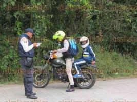 Coatepec, Ver., 16 de enero de 2018.- Implementa Tránsito del Estado operativo de seguridad vial, para revisar documentación a conductores de motocicletas. El filtro fue instalado sobre la carretera Coatepec-Xico, a la altura de la desviación a Las Puentes.