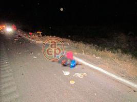 Veracruz, Ver., 16 de enero de 2018.- Tres personas que viajaban en una motoneta se accidentaron en la autopista Veracruz-Córdoba, cerca del entronque de la Cabeza Olmeca, perdiendo la vida una mujer y un menor de edad.