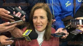 Veracruz, Ver., 17 de enero de 2018.- Margarita Zavala, aspirante a la Presidencia de la República por la vía independiente recolecta firmas en este Puerto; con su iPhone toma fotografías de las credenciales del INE.