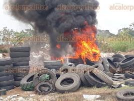 Córdoba, Ver., 17 de enero de 2018.- Personal de Caminos y Puentes Federales quema cerro de llanta,s a un lado del libramiento de la autopista Córdoba-Orizaba, provocando fuerte contaminación.