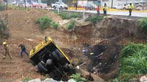 Coatepec, Ver., 17 de enero de 2018.- Un camión de volteo terminó fuera del camino y dentro de un hueco, junto a la carretera Xalapa-Coatepec, la tarde de este miércoles. Según el conductor, otro auto le cortó el paso; lo que provocó el percance. No se reportan lesionados.