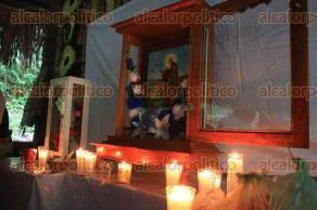 """Papantla, Ver., 17 de enero de 2018.- En el parque ecológico """"Kiwikgolo"""", integrantes del Consejo de Ancianos de la Sabiduría Ancestral, ediles e invitados especiales, participaron en la procesión para festejar el Día de San Antonio Abad."""