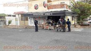 Veracruz, Ver., 17 de enero de 2018.- En la esquina de J.M. Arrillaga y el callejón Los Pinos, en la colonia Los Pinos, terminó sobre la calle el cadáver de un hombre que intentó, junto a otro sujeto, asaltar una tienda. Un policía también murió al enfrentar a los ladrones.