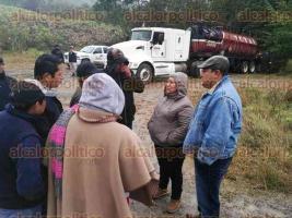 Coatzintla, Ver., 17 de enero de 2018.- La alcaldesa Patricia Cruz se reunió con habitantes de la comunidad de Escolín, ya que al generarse una nueva fuga de hidrocarburo, pobladores amenazaban con tomar medidas de presión contra PEMEX.