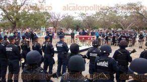 Veracruz, Ver., 18 de enero de 2018.- El titular de la SSP, Jaime Téllez Marié, encabezó la guardia de honor para el oficial caído por evitar un asalto en la colonia Los Pinos, ayer miércoles. Familiares, amigos y compañeros lo despidieron en el Panteón Municipal.