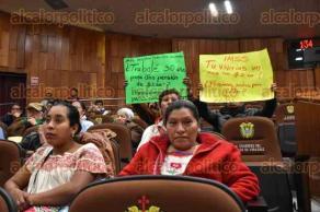 Xalapa, Ver., 18 enero 2018.- Con pancartas, trabajadores del IMSS protestaron en el pleno de Congreso del Estado; demandan pensiones justas.