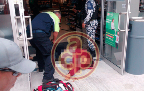 Boca del Río, Ver., 19 de enero de 2018.- Fueron difundidas imágenes del momento en que un hombre forcejea con dos sujetos antes de que le dispararan y le quitaran casi 170 mil pesos dentro de una tienda Oxxo en la avenida Ruiz Cortines. Pese al operativo policiaco, no hubo detenciones.