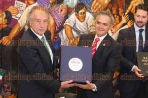 Ciudad de México, 19 de enero de 2018.- El jefe de Gobierno de la CDMX, Miguel Ángel Mancera, entregó la documentación a Decio de María, presidente de la FEMEXFUT que acredita a la capital como sede para el mundial FIFA 2026, evento conjunto EU, Canadá y México.