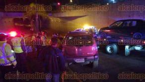 Xalapa, Ver., 21 de enero de 2018.- Conductor en estado de ebriedad intentó evitar el filtro de alcoholimetría brincando el camellón central; fue alcanzado por los oficiales y su vehículo fue remolcado.