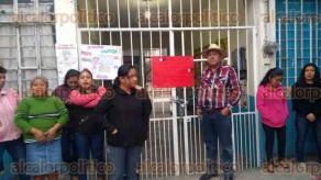 """Papantla, Ver., 22 de enero de 2018.- Alrededor de las seis de la mañana, padres se apostaron en la entrada del plantel """"Fausto Millán""""."""
