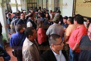 Xalapa, Ver., 22 de enero de 2018.- Comerciantes establecidos en Plaza Clavijero llegaron al Palacio Municipal para dialogar con el alcalde Hipólito Rodríguez, por el crecimiento del número de vendedores ambulantes en la zona Centro.