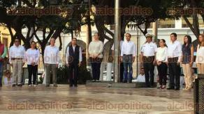 Veracruz, Ver., 22 de enero de 2018.- Durante el izado de bandera, del Ayuntamiento, se rindió homenaje y un minuto de silencio a Josué Reséndiz, policía asesinado durante un intento de robo a comercio en el fraccionamiento Los Pinos.