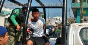 Veracruz, Ver., 22 de enero de 2018.- Esta tarde, entre las calles 2 de Abril y Collado, en la colonia Ignacio Zaragoza, ciudadanos sometieron a jovencito que asaltó a un menor; fue entregado a los policías.