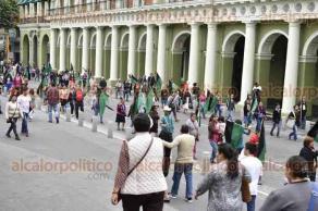Xalapa, Ver., 23 de enero de 2018.- Comerciantes adheridos al Movimiento Independiente de Lucha en Emergencia Social (MILES) marcharon rumbo al Palacio Municipal; cerraron por unos minutos la calle Enríquez y finalmente se plantaron en el Parque Juárez.