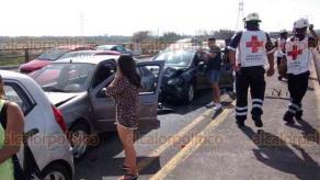 Veracruz, Ver., 17 de febrero de 2018.- En el distribuidor vial de Cabeza Olmeca hubo una carambola entre tres carros, movilizando a personal de la Cruz Roja y de la Policía Federal.