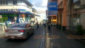 Xalapa, Ver., 17 de febrero de 2018.- Oficial de Tránsito del Estado fue trasladada a un hospital para su atención médica, luego de ser atropellada por una conductora de 74 años sobre la calle de Zaragoza.