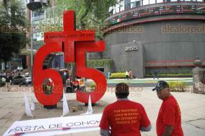 """Ciudad de México, 19 de febrero de 2018.- Mineros protestaron en el Ángel de la Independencia, en el marco del 12 aniversario de la tragedia de Pasta de Conchos, Coahuila. Colocaron el antimonumento """"65+"""", afuera de la Bolsa Mexicana de Valores, en avenida Reforma."""