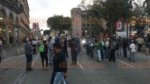 Xalapa, Ver., 19 de febrero de 2018.- La tarde de este lunes, manifestantes bloquearon la vialidad de la calle de Enríquez frente al Palacio Municipal.
