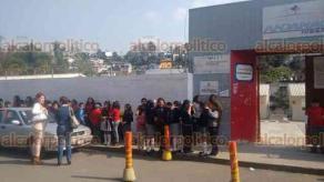 Xalapa, Ver., 21 de febrero de 2018.- Por fuga de gas en casa, desalojan primaria