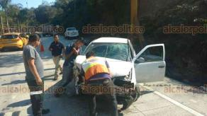 Coatepec, Ver., 22 de febrero de 2018.- Conductor de un vehículo tipo Pointer sufrió un accidente sobre la carretera Xalapa-Coatepec, a la altura del río Sordo, al parecer perdió el control del vehículo al circular a exceso de velocidad, paramédicos de la Cruz Roja lo trasladaron hasta un hospital.