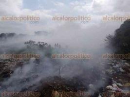 Jamapa, Ver., 22 de febrero de 2018.- Al mediodía de este jueves se prendió el basurero municipal. Bomberos de Medellín intentan sofocar el fuego.