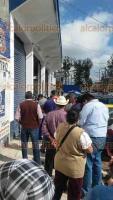 Xalapa, Ver., 23 de febrero de 2018.- Trabajadores del municipio protestan porque las despensas prometidas por el alcalde Hipólito Rodríguez Herrero tienen una calidad distinta a la que recibían en años anteriores. Se encuentran en la bodega de la calle Ma. Enriqueta.