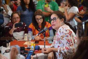 Xalapa, Ver., 23 de febrero de 2018.- La académica Mayra Ledezma e investigadores que participaron en el proyecto que reveló presuntos secuestros y casos de violencia contra alumnos de la UV, fijaron su postura luego de que su compañera, Rosío Córdova, fuera citada por la Fiscalía para declarar.