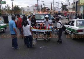 Xalapa, Ver., 23 de febrero de 2018.- La tarde de este viernes, un motociclista atropelló a una mujer que cruzaba la avenida Antonio Chedraui Caram, en la esquina con Congreso de la Unión. La mujer fue trasladada inconsciente a un hospital; en tanto que el responsable se dio a la fuga.