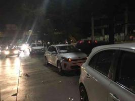 Xalapa, Ver., 23 de febrero de 2018.- Tres lesionados y cuantiosos daños materiales tras choque múltiple en Lázaro Cárdenas, dirección Banderilla; una motocicleta de Tránsito del Estado fue golpeada por una de las unidades involucradas.