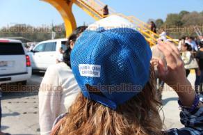 Xalapa, Ver., 25 de febrero de 2018.- Personal de Gobierno del Estado entregó a los asistentes y a los automovilistas una playera y gorra que decían