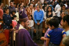 Xalapa, Ver., 25 de febrero de 2018.- El Arzobispo Hipólito Reyes Larios, saludando a fieles católicos durante la misa de este domingo.