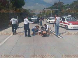 Xalapa, Ver., 16 de marzo de 2018.- Motociclista resulta lesionado luego de chocar contra un taxi, en la carretera Xalapa-Coatepec. Lo atendieron paramédicos de la Cruz Roja; Tránsito del Estado tomó conocimiento del percance.