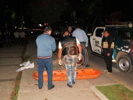 Xalapa, Ver., 16 de marzo de 2018.- La noche de este jueves, un hombre falleció de un probable infarto mientras caminaba en la acera de la avenida Xalapa, frente al monumento de Adalberto Tejeda, personal forense realiza el levantamiento del cuerpo.