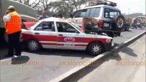 Veracruz, Ver., 17 de marzo de 2018.- El conductor de un tractocamión colisionó contra otros carros que le antecedían, entre ellos un taxi que fue compactado con las otras unidades.