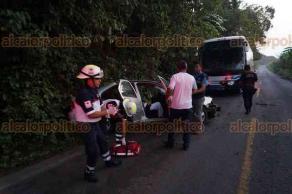Tlapacoyan, Ver., Dos lesionados dejó el choque de un automóvil particular y un autobús de pasajeros, sobre la carretera Tlapacoyan-Teziutlán, en el municipio de Tlapacoyan, la mañana de este domingo.