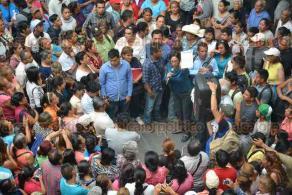 Xalapa Ver., 20 marzo 2018 - Integrantes de AC, liderados por Minerva Salcedo, protestan en el patio central del Palacio Municipal, en reclamo de obra pública para sus colonias.