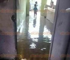 Coatepec, Ver., 20 de marzo de 2018.- Viviendas de la calle Bugambilias, en la colonia Azaleas, resultaron inundadas tras la fuerte lluvia de este martes; también se reportaron encharcamientos en hogares de la calle Quintana Roo.