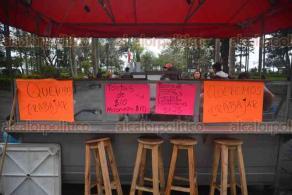 Xalapa, Ver., 21 marzo 2018.- Vendedores de tacos ambulantes protestan frente a Palacio Municipal señalando que han sido retirados por personal de Comercio, aseguran que sólo quieren trabajar para tener un ingreso económico.