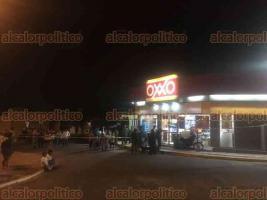Veracruz, Ver., 21 de marzo de 2018.- El imputado de robo fue sometido a golpes, amarrado y llevado junto con personal del IPAX hasta la tienda Oxxo para verificar con los videos de seguridad.