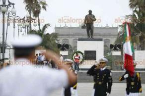 Veracruz, Ver., 21 de marzo de 2018.- La Gran Logia Masónica y el Ayuntamiento de este municipio depositaron ofrenda floral en la estatua de Benito Juárez para conmemorar el 212 aniversario de su natalicio.