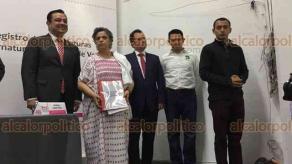 Xalapa, Ver., 21 de marzo de 2018.- La mañana de este miércoles José Yunes Zorrilla acudió al OPLE a registrarse como candidato para la gubernatura del Estado por la coalición PRI-PVEM, acompañado por la priísta Beatriz Paredes y el dirigente del PRI estatal, Américo Zúñiga.