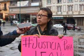 Xalapa, Ver., 22 de marzo de 2018.- La periodista Concepción Sánchez Rodríguez se manifestó en la Plaza Lerdo para exigir justicia por el periodista Leobardo Vázquez, quien fue asesinado en Gutiérrez Zamora la noche de este miércoles.